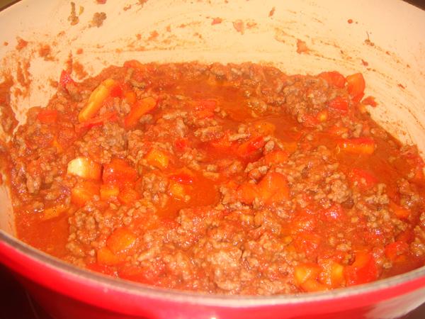 Πικάντικη σάλτσα κιμά σε μαντεμένια κατσαρόλα