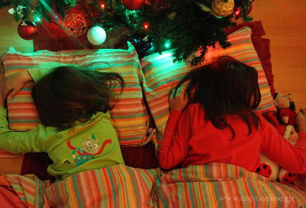 Ώρα για ύπνο κάτω από το δέντρο. Όνειρα γλυκά και Χριστουγεννιάτικα!