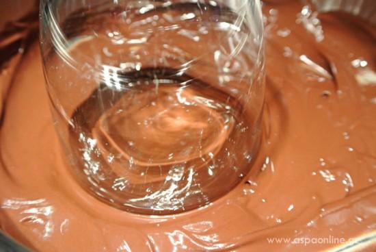 Λιωμένη σοκολάτα στο χείλος του ποτηριού