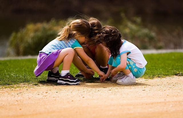 Παιδιά που παίζουν με χώμα