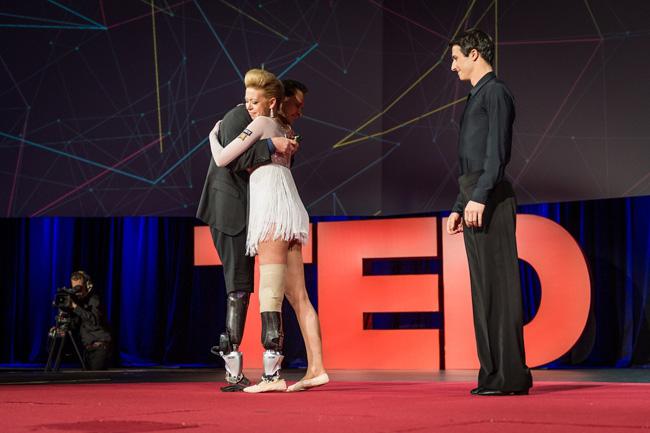 Η Adrianne Haslet-Davis αγκαλιάζει τον Hugh Herr μετά την παράσταση στο TED