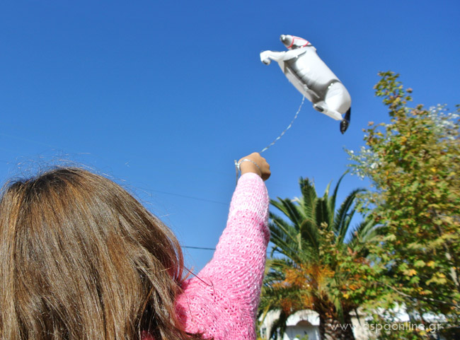 Η Εβίτα με το μπαλόνι της, την 28η Οκτωβρίου