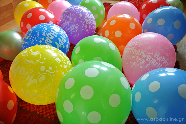 Μπαλόνια στο δωμάτιο για τα γενέθλια