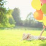 Παιδί με μπαλόνια