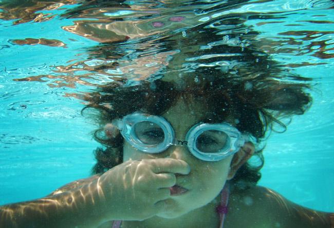 Κορίτσι κάτω από το νερό
