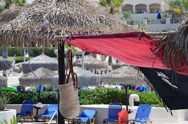 Ιδέες και κόλπα για τις διακοπές: Τσάντα κρεμασμένη ψηλά στην ομπρέλα